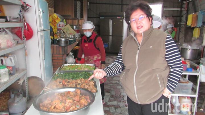 苗栗縣竹南鎮佳興社區發展協會理事長、佳興里長陳金鑾表示據點共餐4菜1湯,依據「我的餐盤」比例設計。記者范榮達/攝影