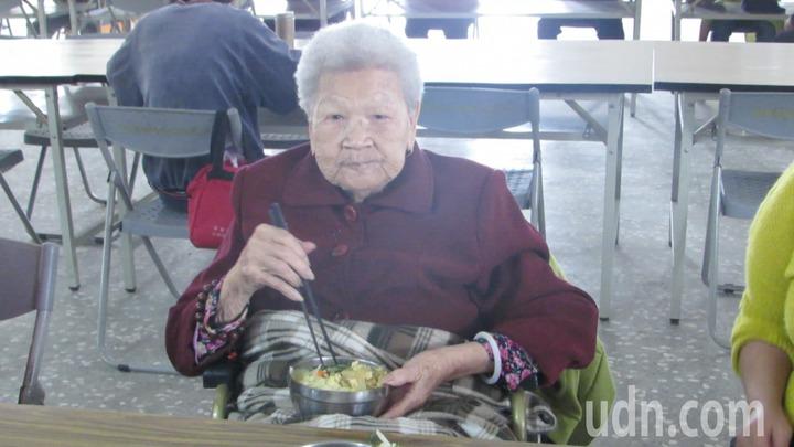 苗栗縣公館鄉仁安社區關懷據點共餐,103歲人瑞羅黃六妹天天報到。記者范榮達/攝影
