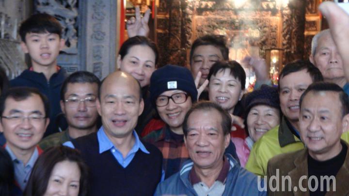 韓國瑜離開育幼院,還到附近媽祖宮參拜,和附近民眾親切打招呼,受到民眾熱烈歡迎。 記者謝梅芬/攝影