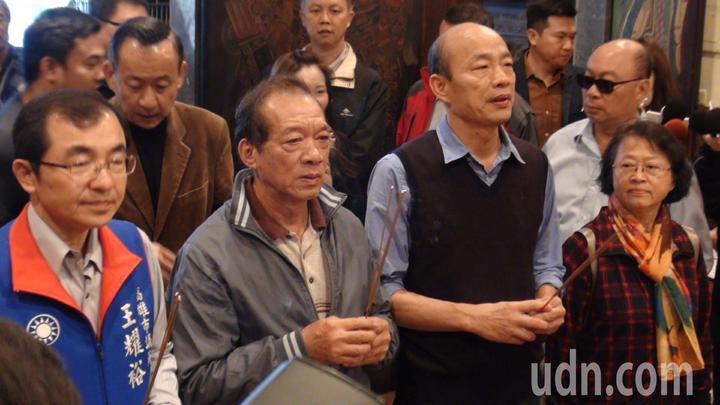 韓國瑜在上午8點30分離院,還到附近媽祖宮參拜,和附近民眾親切打招呼,受到民眾熱烈歡迎。記者謝梅芬/攝影