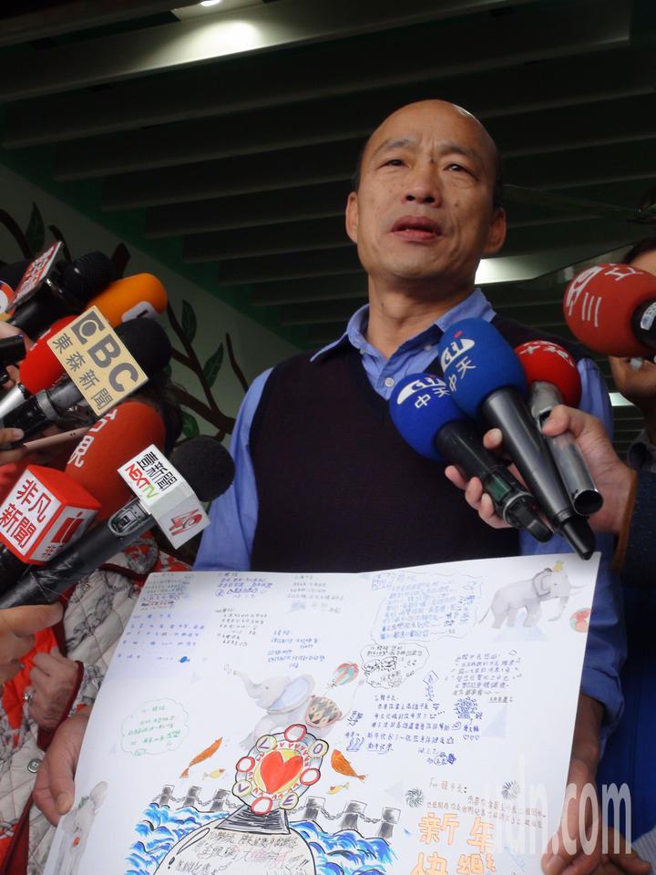 韓國瑜昨晚夜宿育幼院,手中拿的是院童畫的愛情摩天輪的造型。記者謝梅芬/攝影