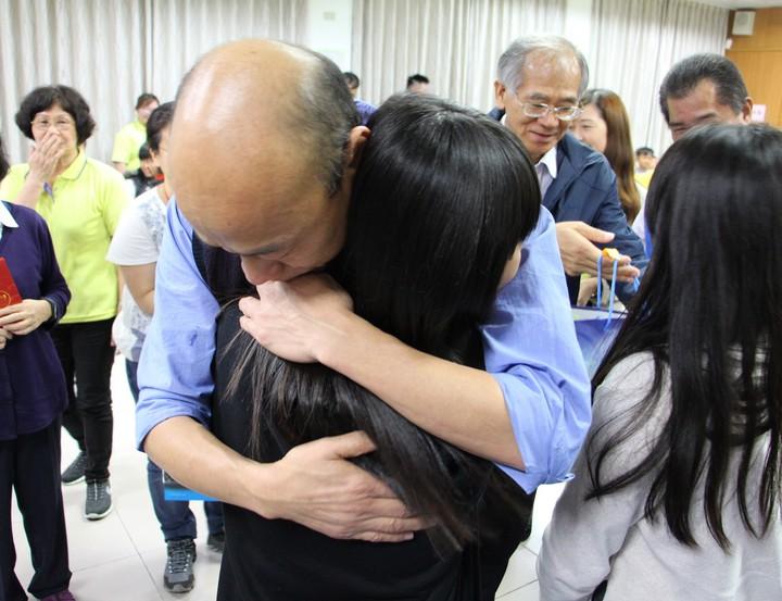 韓國瑜19日夜宿大寮區永安兒童之家,給每個院童大擁抱。圖/高雄市新聞局提供