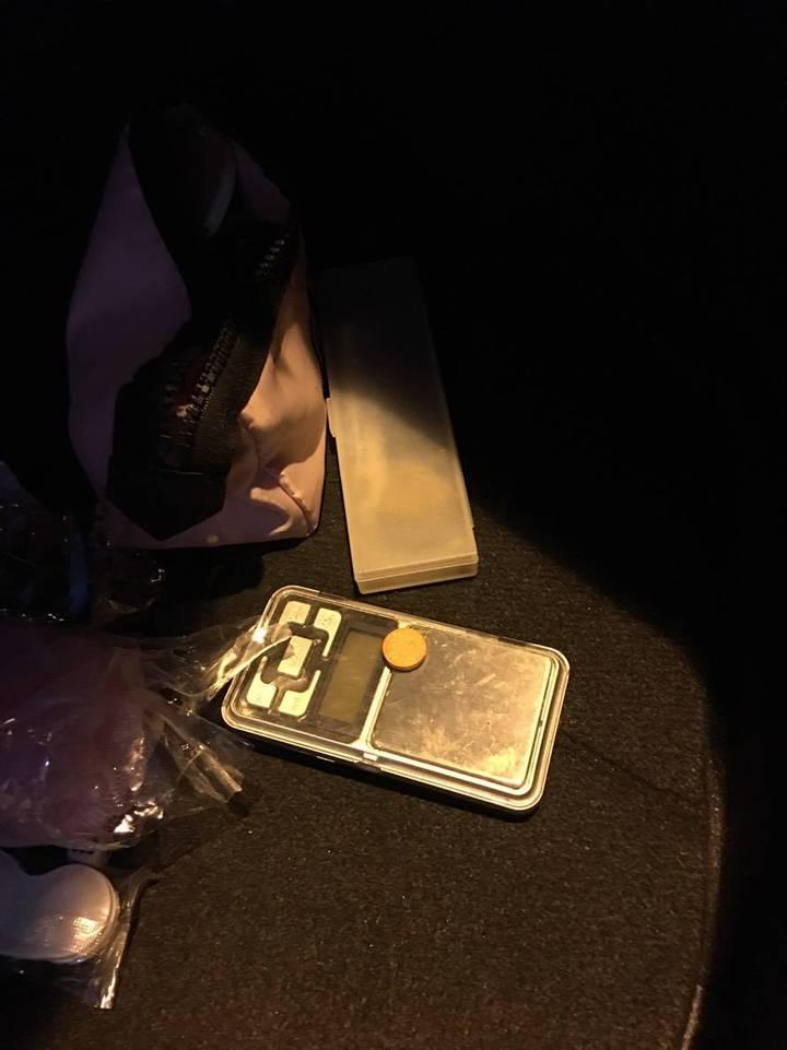 警方到場調查車禍清查車輛時,意外發現彭女轎車後車箱內有一個梅片毒品。記者張媛榆/翻攝