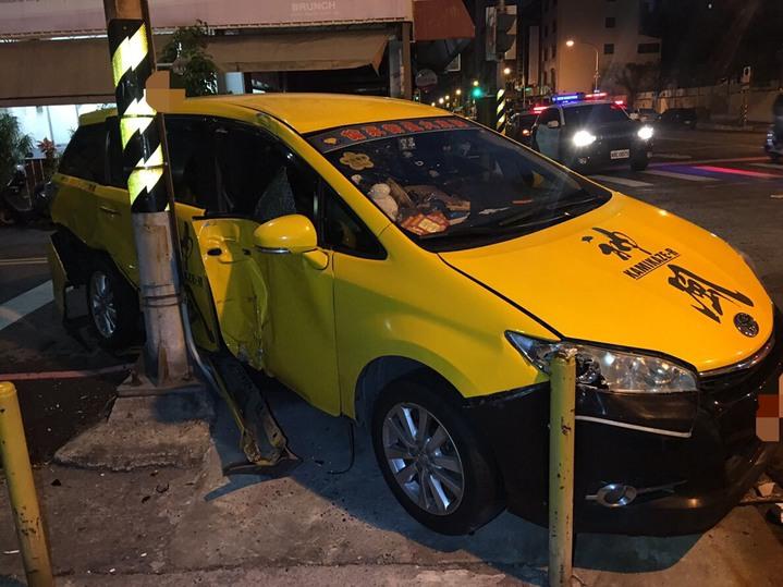 計程車撞擊到路邊電線桿後停下。記者張媛榆/翻攝