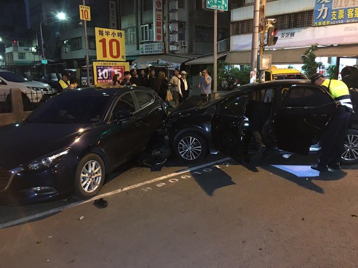 轎車與計程車強力碰撞後,轎車撞到停放在路邊停車格的另輛黑色轎車後停下。記者張媛榆/翻攝