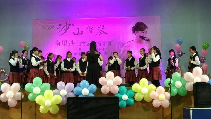日本人氣半音階口琴女神南里沙受邀到芳苑國中與學生交流。圖/芳苑國中提供