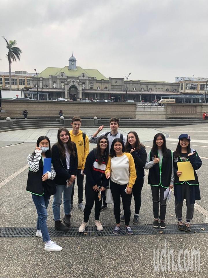 國立新竹高商應用英語科發展出2套自製教材,其中「竹塹導覽」課程是教導學生以英語介紹新竹市區古蹟景點,今天學生展現成果,帶著外籍學生一遊新竹市。記者張雅婷/攝影