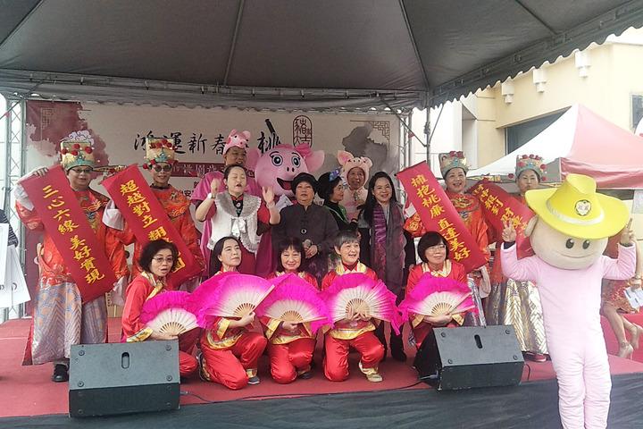 桃園市政府與聯合報系舉辦新春揮毫活動,桃園廉政志工隊表演歌舞話劇,提前向市民賀年。記者曾增勳/攝影