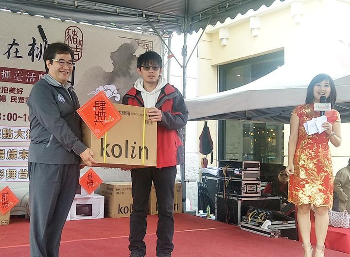 桃園市政府與聯合報系舉辦新春揮毫活動,副市長游建華(左)將家電獎品頒贈得獎者。記者曾增勳/攝影