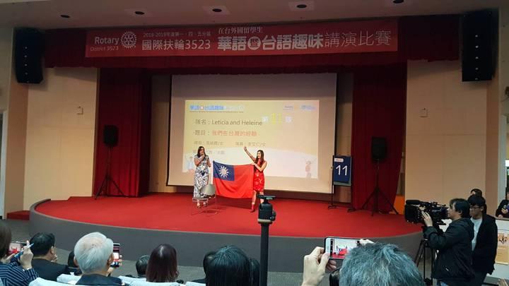 來自巴西及法國的張綺霞及李艾仁拿出國旗表示愛台灣。記者吳佩旻/攝影