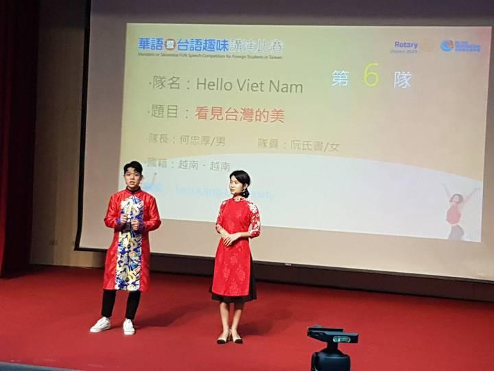 來自越南的何忠厚(左起)、阮氏書兩人以相聲方式演講「看見台灣的美」,展現流利中文。記者吳佩旻/攝影