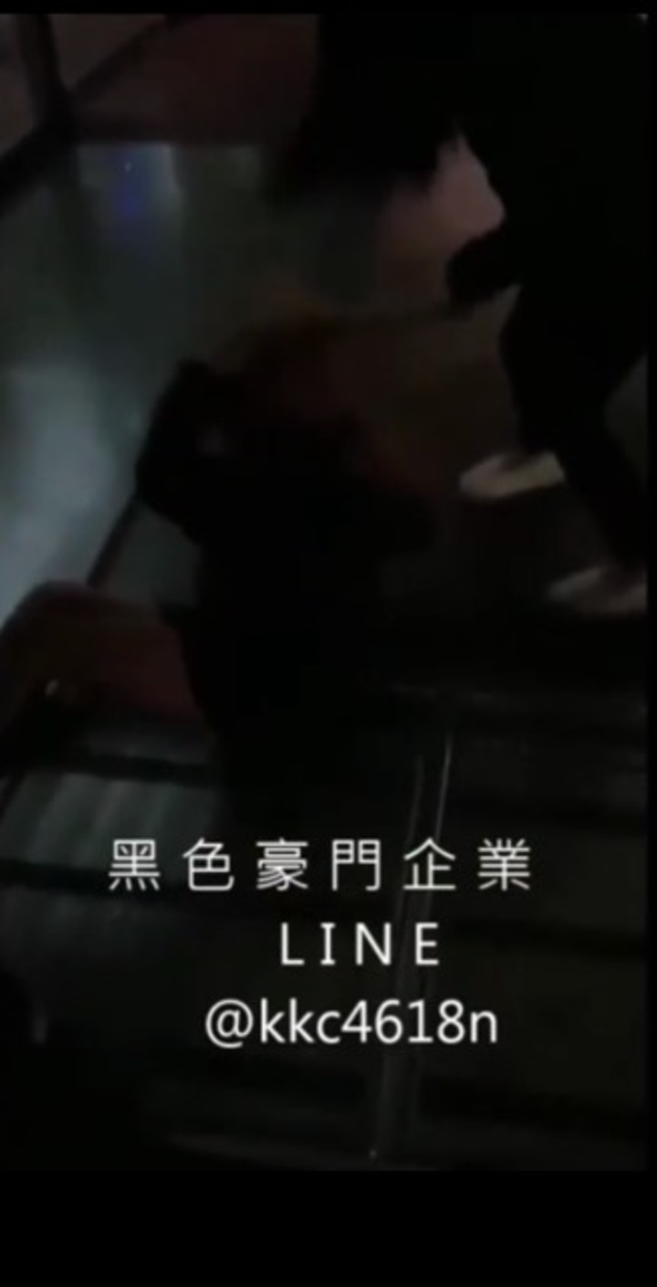 今天凌晨臉書社團「黑色豪門企業」上傳一段影片,內容是一群少女聯手毆打一名少女。記者袁志豪/翻攝