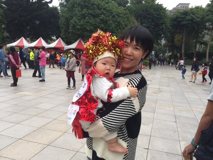 有寶寶頭戴紅色彩帶、身穿紅衣,背面貼有「I'm Fire」字樣,化身成「火寶寶」,相當可愛。圖/台中市政府消防局提供