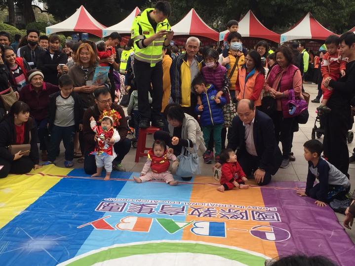 台中市消防局第七大隊舉辦「消防寶寶爬行大賽」,每位寶寶精心打扮登場,模樣萌翻圍觀民眾。圖/台中市政府消防局提供