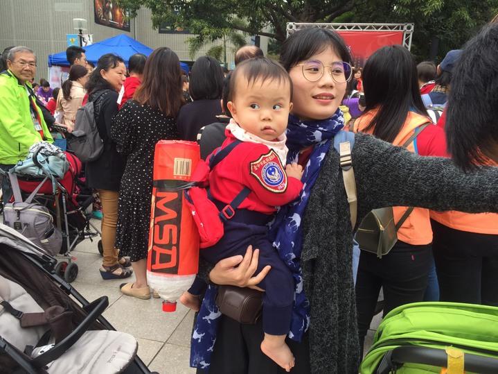 「消防員寶寶」揹著空氣瓶,瓶身貼有「MSA (空氣呼吸器)」字樣,衣服繡上台中市消防局臂章,架式十足。圖/台中市政府消防局提供