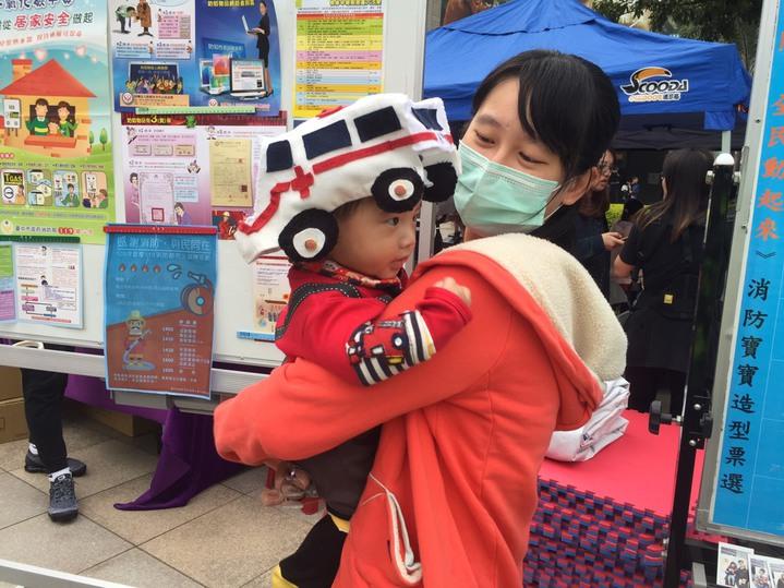 有寶寶戴救護車造型帽,彷彿救護車版的變形金剛,可愛登場。圖/台中市政府消防局提供