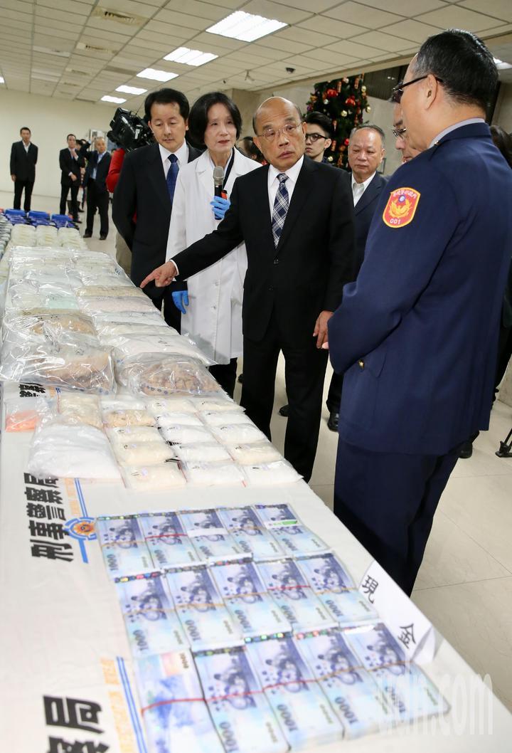 刑事局破獲首宗使用新配方製造K他命的大型工廠,行政院長蘇貞昌(中)特別前往刑事局視察所查獲的大批毒品,並表揚有功人員,宣示打擊毒品犯罪的決心。記者許正宏/攝影