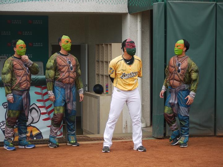 陳江和(右二)戴上忍者龜面具出場。記者吳敏欣/攝影