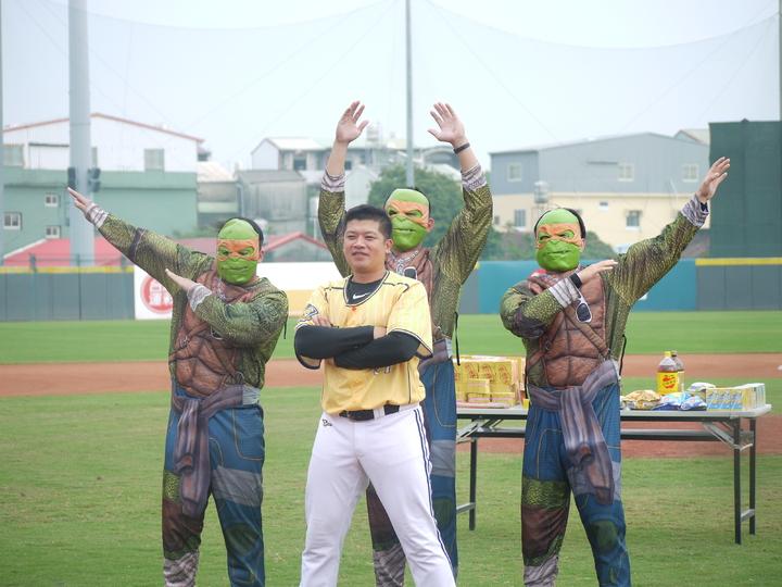陳江和(中)率領3位小忍者龜代表傳成內野守備精神。記者吳敏欣/攝影