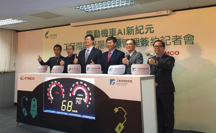 工研院昨天與光陽KYMCO簽署電動機車能源管理系統技術合約。記者張語羚/攝影
