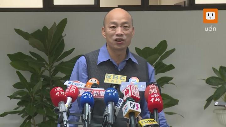 高雄市長韓國瑜今天上午受訪,被質疑用前朝的錢來鋪路,韓國瑜表示,所有的錢都是為高雄市民服務。記者黃純益/攝影