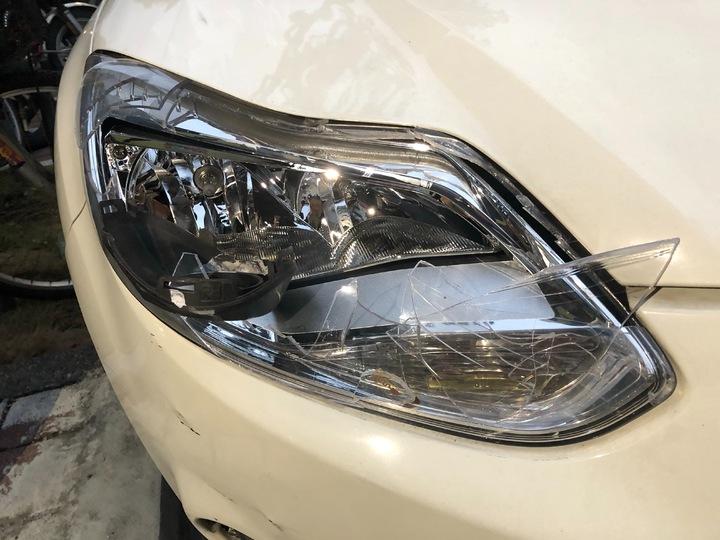 肇事轎車的前擋風玻璃嚴重龜裂,連右側大燈也撞破,可見車速很快。記者林昭彰/翻攝