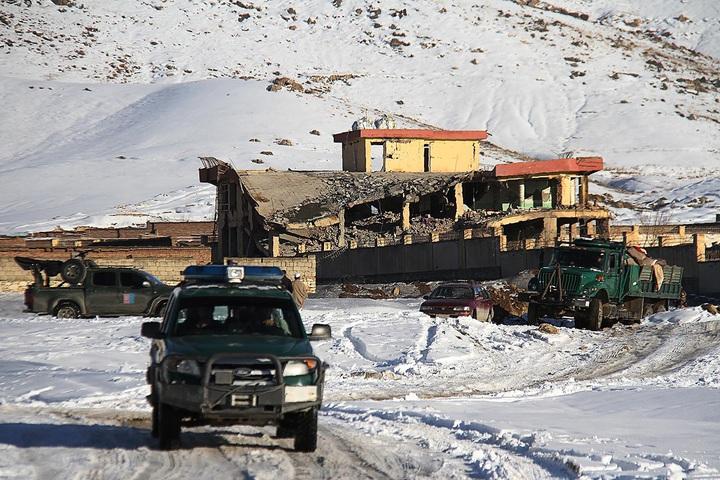 阿富汗軍車21日出現在瓦爾達克省一處受到神學士襲擊的基地外。當地民代指神學士成員駕駛悍馬車高速衝過檢查哨,隨後在基地內引爆車上滿載的爆裂物與掃射傷者,高層對準確死傷數字下達封口令,但據稱多達126人死亡。法新