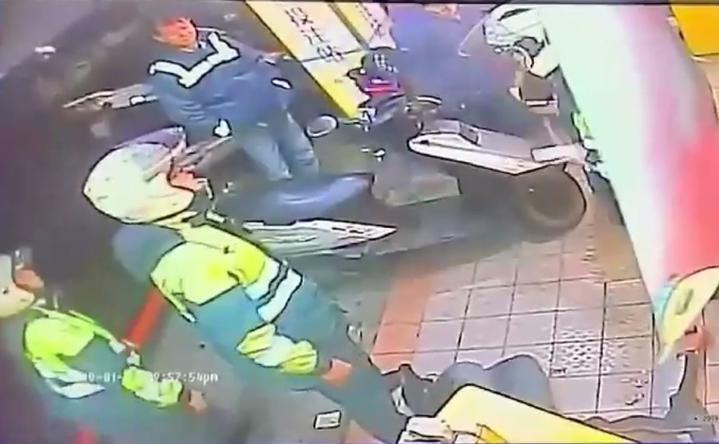 警方趕抵將打架的2人帶回調查。記者林昭彰/翻攝