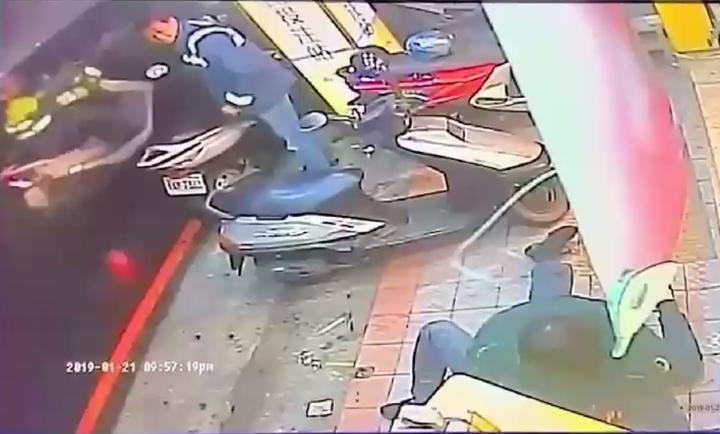 小黃司機和醉漢在彩券行門口扭打,客人淡定觀看。記者林昭彰/翻攝