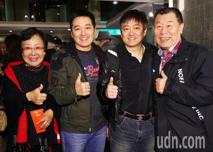 藝人陸一龍、李志希、李志奇兄弟參加關懷演藝人員春節餐會。記者杜建重/攝影