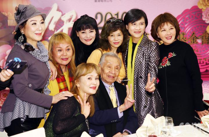 文化部長鄭麗君出席108年關懷演藝人員春節餐會,與常楓等多位資深藝人一同合影。記者杜建重/攝影