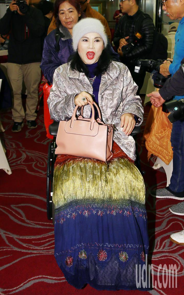 「月亮歌后」李佩菁坐著輪椅參加餐會。記者杜建重/攝影