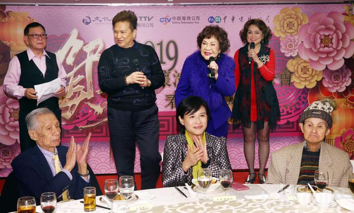 周遊和李朝永夫婦在關懷演藝人員春節餐會上致詞,台下坐著常楓、文化部長鄭麗君和文夏。記者杜建重/攝影