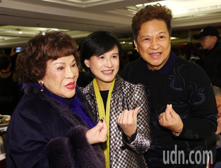 周遊和李朝永夫婦參加關懷藝人餐會,合影時和文化部長鄭麗君比出愛心手勢。記者杜建重/攝影