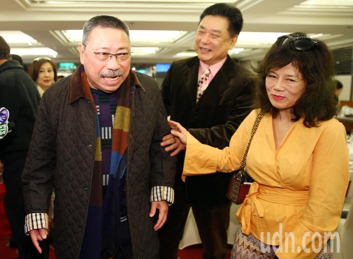 演藝公會理事長康凱(中)和夫人曹雨婷(右)在門口迎接資深藝人陳松勇(左)等人。記者杜建重/攝影