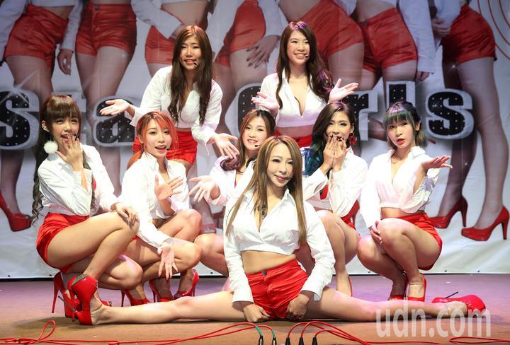 全新女團「Star Girls」今天舉行新歌EP記者會,團長妞妞表演了劈腿的真功夫。記者邱德祥/攝影