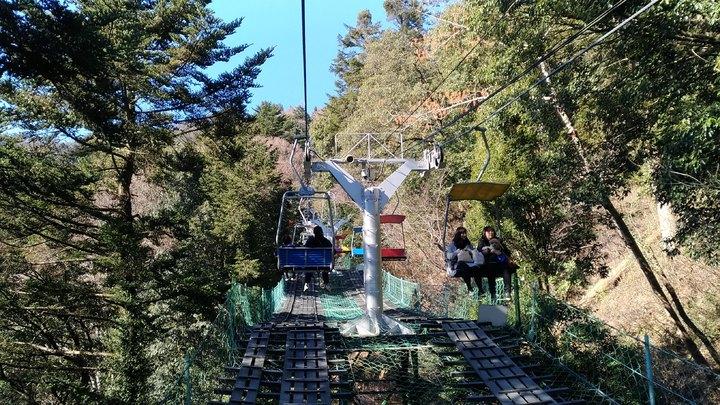 日本東京高尾山是人氣登山去處,搭乘登山吊椅可以省很多力氣。記者楊德宜/攝影