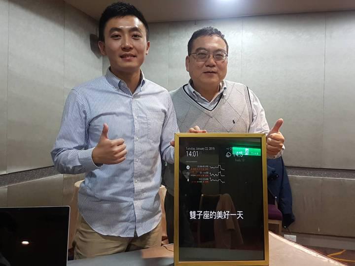 元智大學工管所教授蘇傳軍(右)指導博士生李奕(左)設計能呈現物聯網資訊的魔鏡。記者吳佩旻/攝影