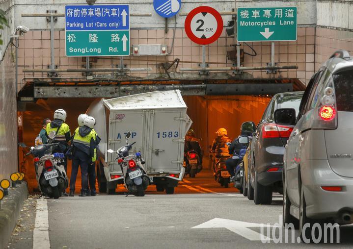 台北市一輛小貨車趕著送貨,沒有注意到車行地下道的限高,車子就卡在基隆路與松壽路交叉往北的地下道口,警方獲報趕到現場。記者鄭超文/攝影