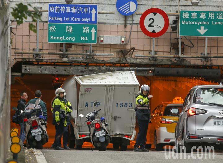 台北市一輛小貨車趕著送貨,沒有注意到車行地下道的限高,車子就卡在基隆路與松壽路交叉往北的地下道口,警方獲報趕到現場疏導交通。記者鄭超文/攝影