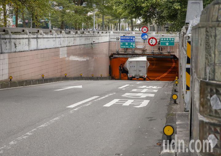 台北市一輛小貨車趕著送貨,沒有注意到車行地下道的限高,車子就卡在基隆路與松壽路交叉往北的地下道口。記者鄭超文/攝影