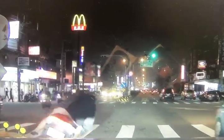 新竹縣謝姓男子吸食K他命後騎機車外出,卻因吸食過量頭暈,連人帶車倒在路口處。圖/讀者提供
