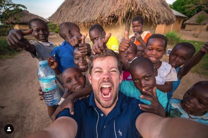 美國男子多伊爾(Ryan Doyle)度假時慘遭裁員,卻一不做二不休乾脆把度假變成工作,靠著自己的專長,用拍攝宣傳片來換取免費住宿,讓他得以走訪全球32國,住遍最酷炫、最驚人的Airbnb民宿。圖片翻攝Instagram/ryanclarkdoyle