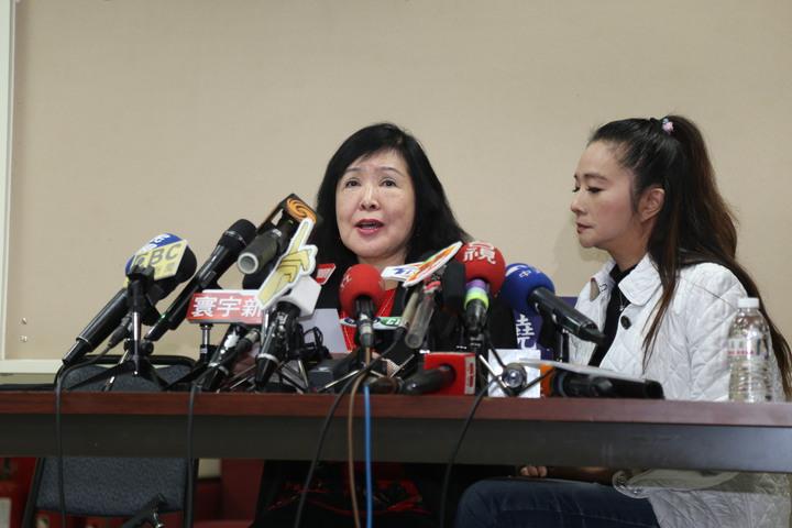 資深藝人鄭惠中(左)下午在台北市議員應曉薇(右)陪同下召開記者會說明事件經過,她為自己呼巴掌的行為,向鄭麗君道歉。記者魏莨伊/攝影