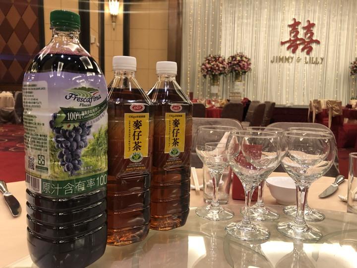 婚宴桌上擺著愛之味麥仔茶等飲料,董座的大喜之日,不忘行銷自家產品。記者王慧瑛/攝影