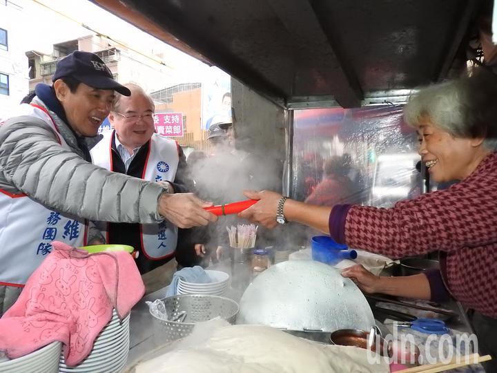 前總統馬英九(左一)今天陪鄭世維到三重大同南路市場掃街,不少民眾爭相索取春聯、合照、簽名,馬英九也都來者不拒。記者祁容玉/攝影