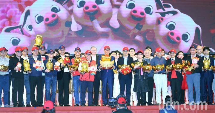 鴻海集團上午在南港展覽館舉行歲末嘉年華會,董事長郭台銘帶領全體高階主管拿吉祥物大合照。記者杜建重/攝影