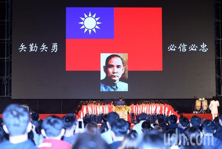 鴻海集團上午在南港展覽館舉行歲末嘉年華會,總裁郭台銘帶全體員工高唱國歌。記者杜建重/攝影