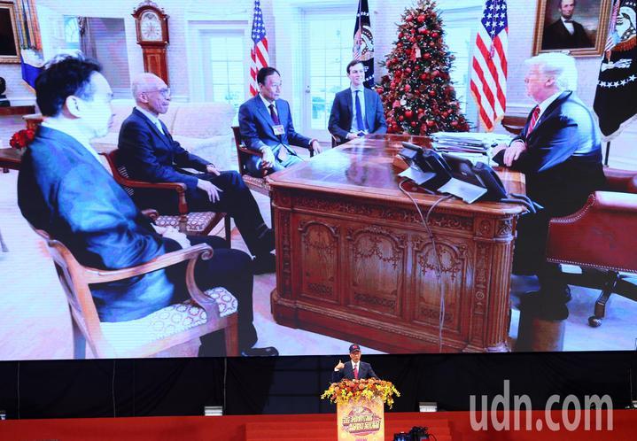 鴻海集團上午在南港展覽館舉行歲末嘉年華會,董事長郭台銘在致詞時特別向全體員工提及昨天和美國總統川普的通話內容,舞台上方大型看板還特別播放郭台銘去年12月與川普在總統辦公室會談的畫面。記者杜建重/攝影
