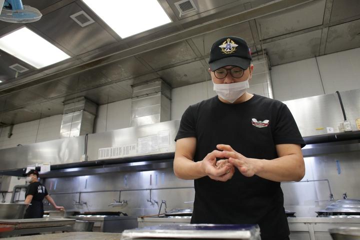 國防部製作影片披露勤務大隊的伙房官兵即在廚房進行年菜的烹調作業過程,將紅燒獅子頭、筍乾焢肉到川味泡菜肉片湯等傳統年菜,從包裝、分裝及分送作業,親自將這些年菜送到北投區的老人家中。圖/軍聞社